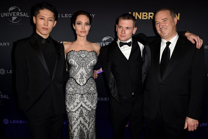 """Анджелина Джоли заедно с екипът на филма """"Несломен"""""""