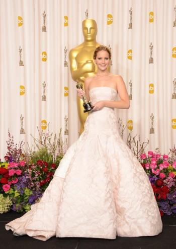 Дженифър Лорънс в рокля за 4 милиона долара на награждаването на Оскарите през 2013 г.